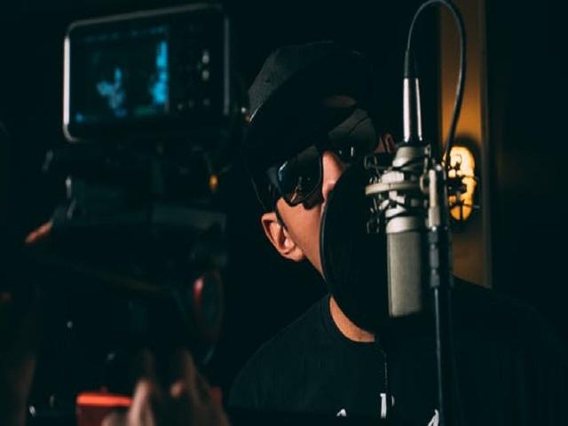 Sångare bakom mikrofon